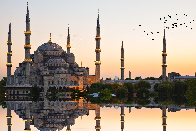 تعرف منطقة السلطان أحمد باسم قلب اسطنبول التاريخي النابض، حيث يفوح من بين أركانها عبق التاريخ الممزوج برائحة القهوة والمشاوي التركية، فما أن تطأ قدميك هذه الوجهة الساحرة، ستنبهر بروعة المباني الاسلامية والأسواق التقليدية والأجواء المحلية، حتى أنك ستقضي الكثير من رحلتك في اكتشاف سر روعة هذا المنطقة ولماذا تأسر جميع زائري مدينة اسطنبول ممن يقصدونها يوميا دون ملل.. تعرف معنا اليوم على أهم الأماكن السياحية التي يمكنك الاستمتاع بزيارتها في منطقة السلطان أحمد .