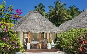 """تتسم جزر المالديف بأنها من أكثر المناطق الجغرافية انتشارا في العالم وهي أصغر دولة آسيوية  جزر المالديف وهي رسميا جمهورية المالديف ويطلق عليهاكذلك جزر المالديف من سلسلة مزدوجة من ست وعشرين جزيرة مرجانية في المحيط الهنديباتجاه شمال جنوب وتقع على بعد نحو 700 كيلومترا (430 ميل) جنوب غرب سريلانكا و400 كيلومترا (250 ميل) جنوب غرب الهند  من حيث عدد السكان والمساحة البرية وهي أخفض بلد على وجه البسيطة إلا أن أكثر من 80% من أراضي البلاد مؤلفة من الجزر المرجانية التي ترتفع أقل من متر واحد فوق مستوى سطح البحر ويتألف الحيد من المخلفات المرجانية والمرجان الحي  ويعمل ذلك كحاجز طبيعي ضد البحر، مشكلا البحيرات  الأنظمة البيئية لجزر المالديف تعتبر مياه المالديف موئلا للعديد من الأنظمة البيئية لكنها تعرف كثيرا بتنوع شعابها المرجانية زاهية الألوان  ويقطن فيها أكثر من 1100 نوع من السمك، 5 أنواع من السلاحف البحرية، 21 نوع من الحيتان والدلافين187 نوع من المرجان  400 نوع من الرخويا و83 نوعاً من شوكيات الجلد. كما تعيش فيها العديد من أنواع القشريات  هذه البيئة الفريدة تجعل منها مركز جذب للزوار من كافة أنحاء العالم، حيث تتركزالسياحة في جزر المالديفحول استكشاف روائعها البيئية العديدة أو الاستمتاع في أحدمنتجعاتها السياحية الفخمةالتي تقدّم الملاذ المثالي على شواطئ المحيط الهندي  ثقافة المالديف وتقاليدها تعد الهوية المالديفية مزيج منالثقافاتالتي تجسد الشعوب التي استقرت على هذه الجزر، تعززها الديانة واللغة  ربما جاء المستوطنين الأوائل من جنوب الهند وسريلانكا وهم يرتبطون لغويا وعرقيا بشعوب شبه القارة الهندية ويعرفون عرقيا بديفيس  ويتضح تأثر الثقافة المالديفية بالقرب الجغرافي من سريلانكا وجنوب الهند. اللغة الرسمية الشائعة هي ديفيهي  وهي لغة هندو أوروبية تتشابه مع """"إيلو""""، اللغة السنهالية القديمة  بعد الحقبة البوذية الطويلة من التاريخ المالديفي، أدخل التجار المسلمون الإسلام. وتحول المالديفيون إلى الإسلام في منتصف القرن الثاني عشر. ومنذ القرن الثاني عشر الميلادي، تأثرت ثقافة ولغة البلاد بالمنطقة العربية بسبب التحول إلى الإسلام وموقعها كتقاطع طرق وسط المحيط الهندي. كان ذلك بسبب التاريخ التجاري الطويل بين الشرق الأقصى والشرق الأوسط  الفنون والحرف يتجلى اختلاط الثقافات كثيرا في الفنون المالديفية فالموسيقى """