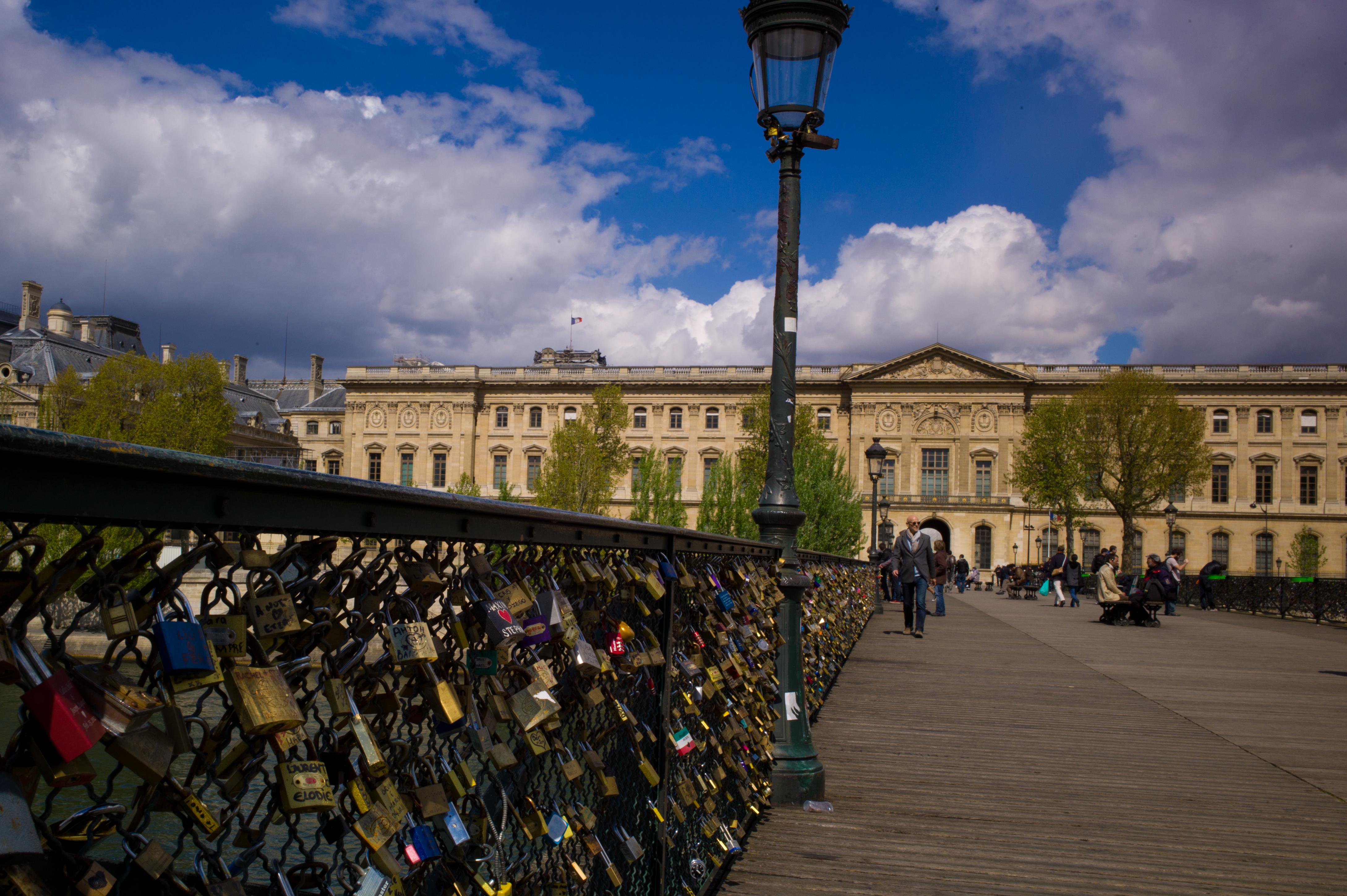 اكتشف جسر الفنون بباريس