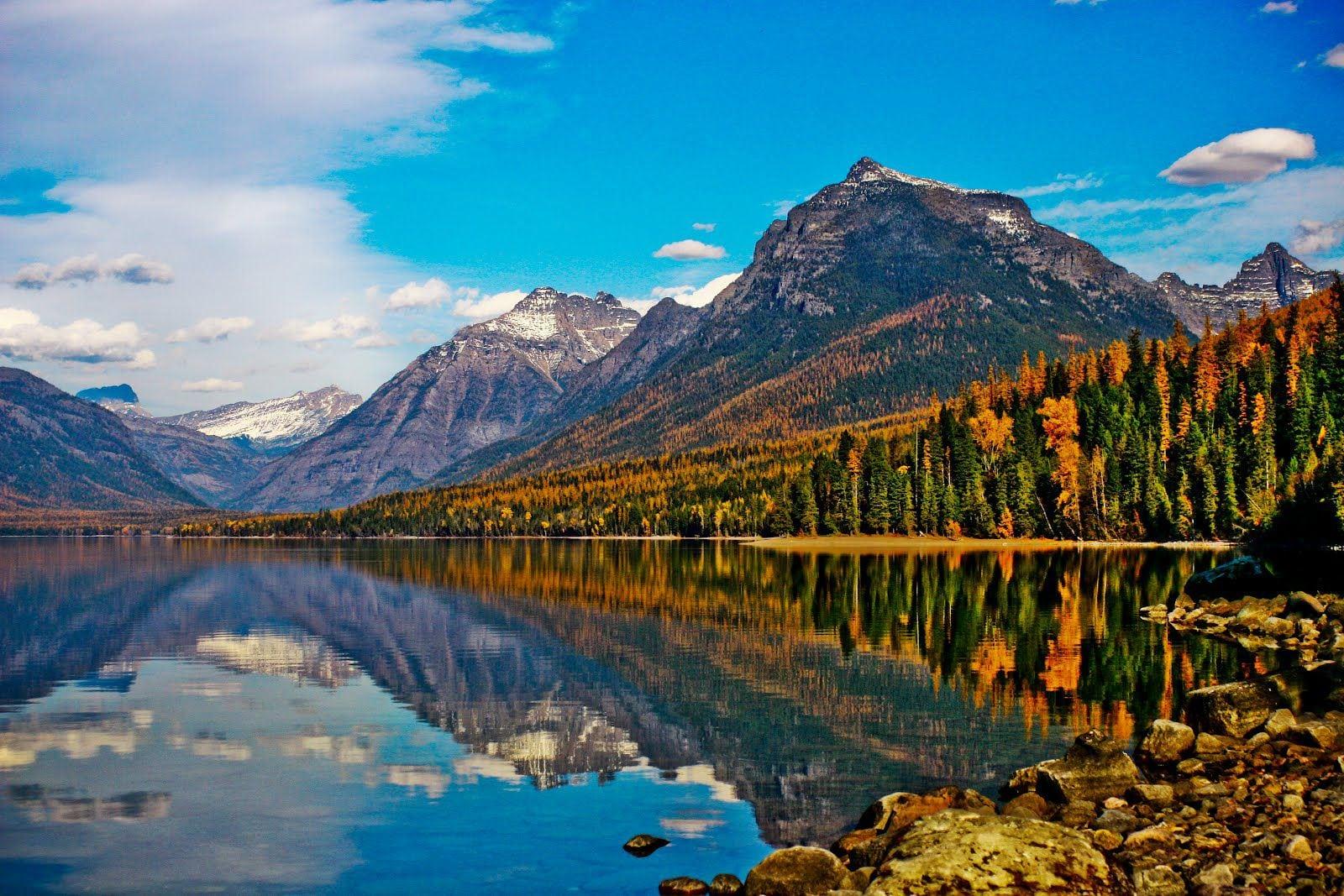 تعرف علي البحيرات الملونة الرائعه