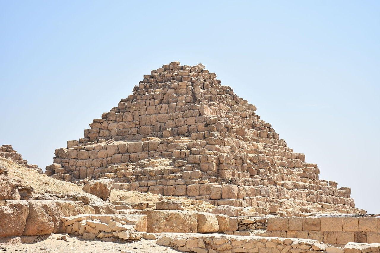 هرم الملكه حنوت سن مصر