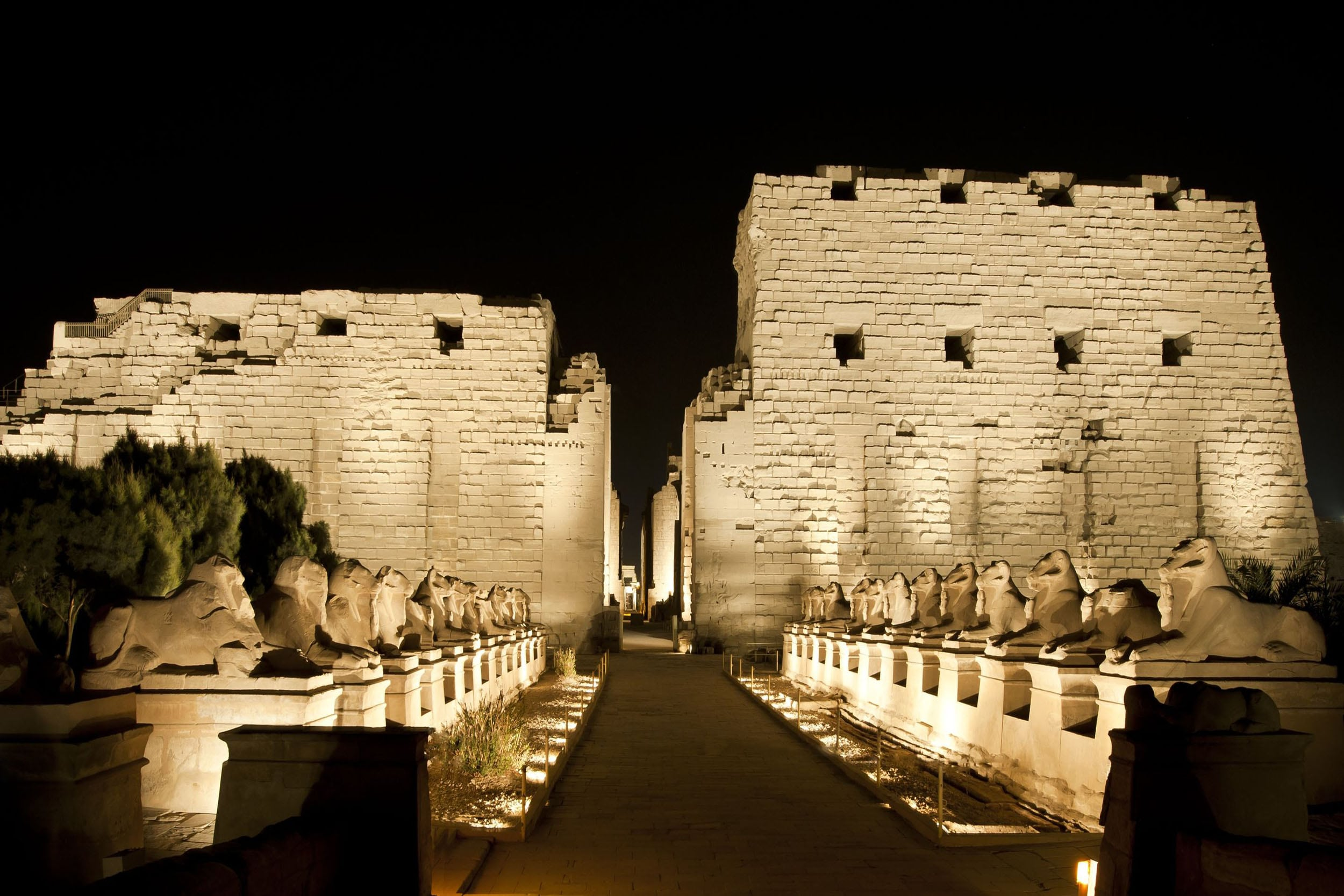 ancient-egyptian-temple-of-karnak-in-luxor-lit-up-at-night