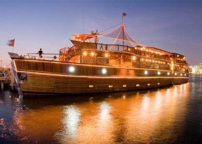 رحلة بحرية على قناة دبي المائية
